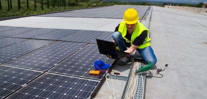 Ingénieur en photovoltaïque qui installe et configure des panneaux solaires pour l'énergie photovoltaïque ou thermique, l'eau chaude solaire ou le chauffage solaire